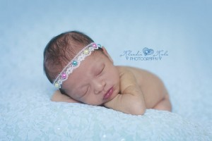Headband with a very delicate lace with colourful pearls
